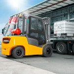 Jungheinrich forklift loading pallet onto back ot lorry trailer